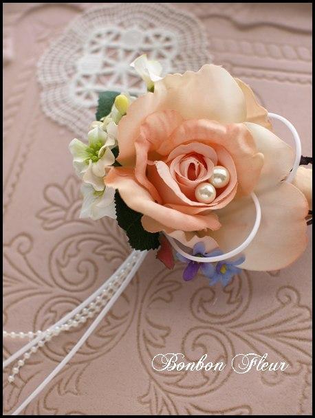 107 ミシェルローズとプチフラワー、青紫色の小花、パールビーズ、ループリボンのコサージュ