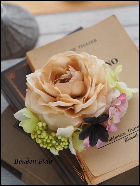128 ネオラナンキュラスと紫陽花、ベリー、シュガーバインのコサージュ