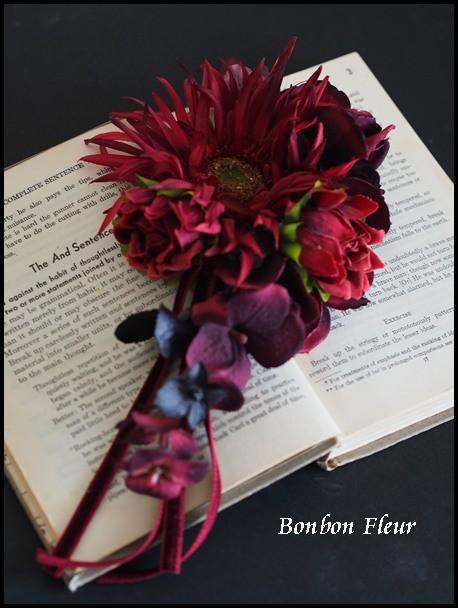 120 ガーベラと紫陽花、花のつぼみ、ベルベットリボンのキャスケードコサージュ