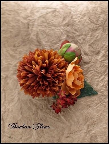 66 丸菊と小花の髪飾り