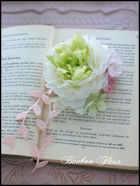 103 ミディアムラナンキュラス、桜、紫陽花、リーフリボンピンクのコサージュ
