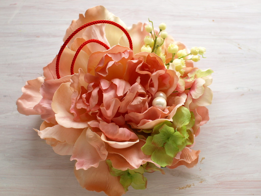 53 ネオピヴォワンヌと組紐、紫陽花、ベリーのコサージュ