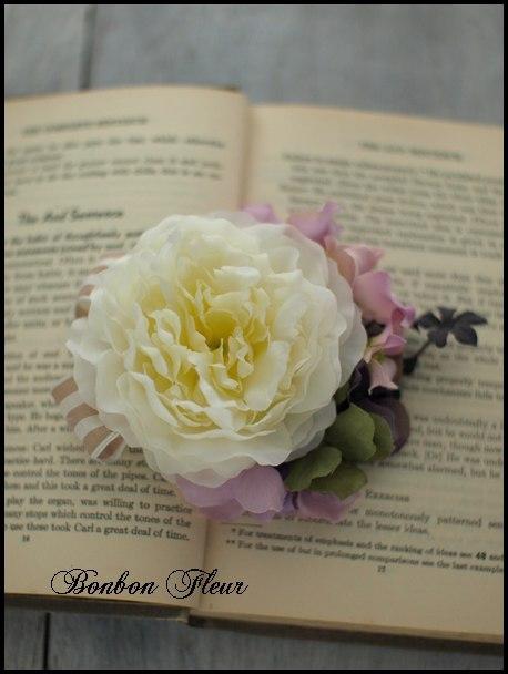 96 ミディアムラナンキュラスと紫陽花、ベージュストライプリボンのコサージュ