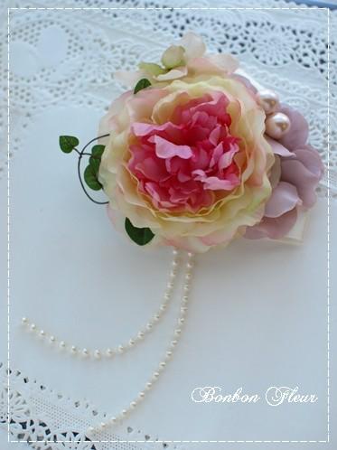 23 ミディアムラナンキュラスと紫陽花、ワイヤープランツのコサージュ