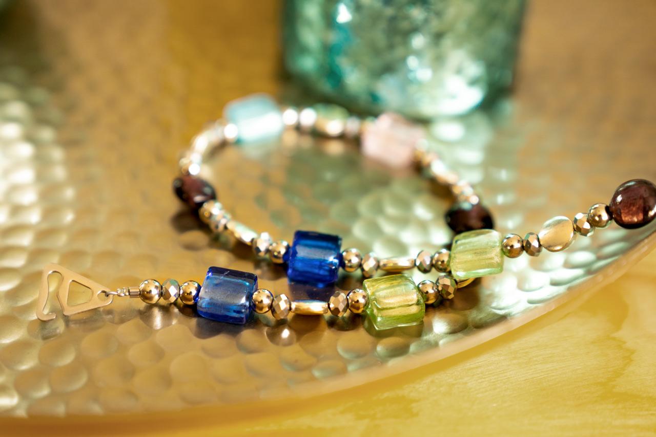BH-Schmuckträger goldfarben mit bunten Glasperlen
