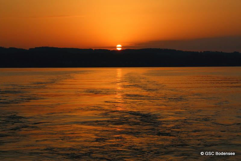 Perfekter Start in den Tag mit Sonnenaufgang auf Fähre