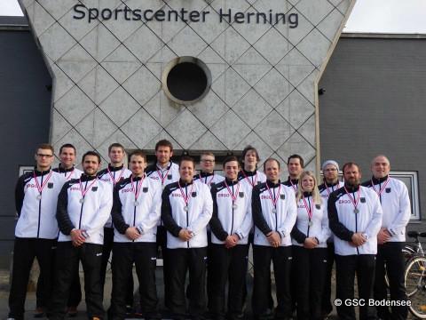 Zum Abschluss noch ein Foto mit der Mannschaft mit ne Medaille. Witali Daungauer steht als 3.Person von links.