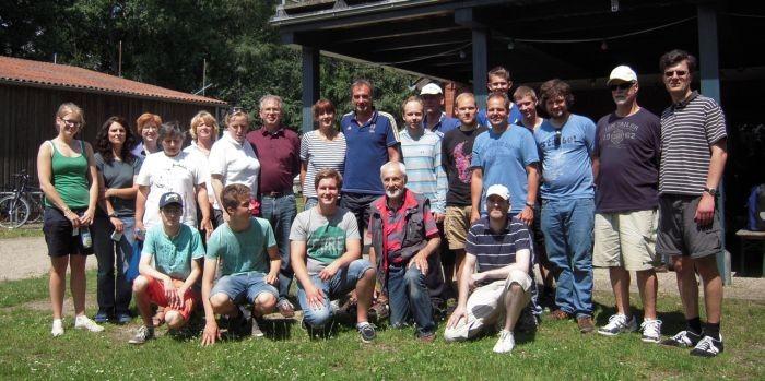SBF-Binnen-Führerscheinneulinge mit ihren Ausbildern Horst Mundt und Karsten Schmidt (1. Reihe außen rechts)