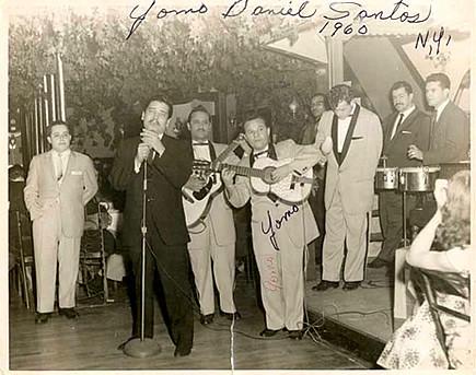 Yomo Toro actuando con Daniel Santos en 1960.