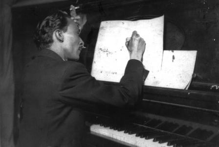José Barros inspirado componiendo - década del 50.