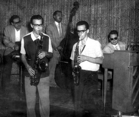 Walfredo de los Reyes (batería), Pedro Chao (saxo tenor), Cachaito López (contrabajo), Leonardo Acosta (saxo alto) y Frank Emilio Flynn (piano).  La Habana - 1955.