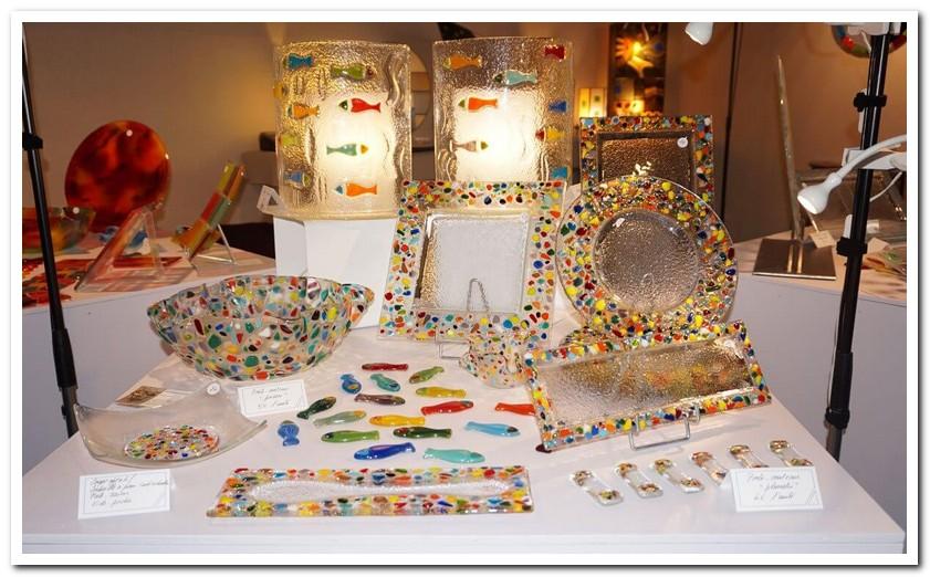 Exposition de vaisselles plumetis - et luminaire poissons