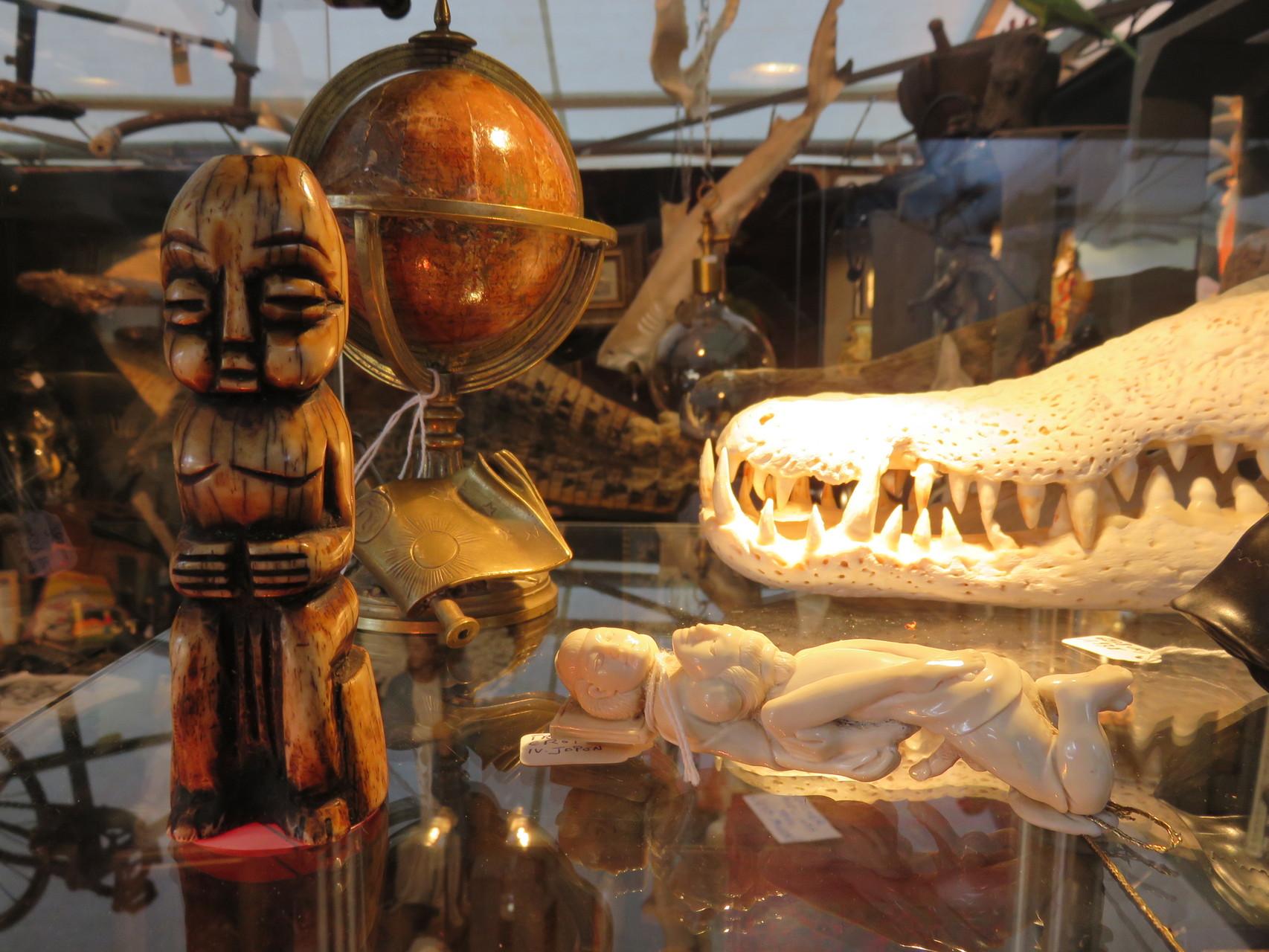 grigri africain, mappemonde du XVIIIe et crane de crocodile