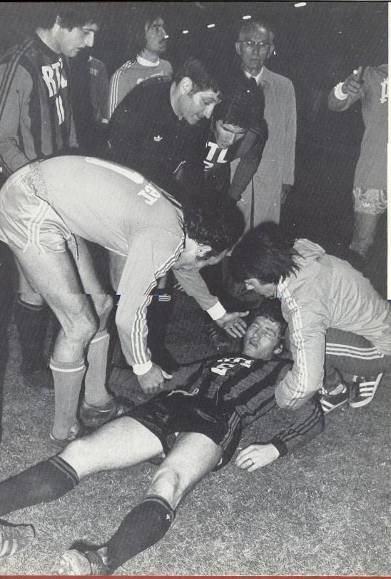 Dario GRAVA tombe à terre après le jet d'un pétard .