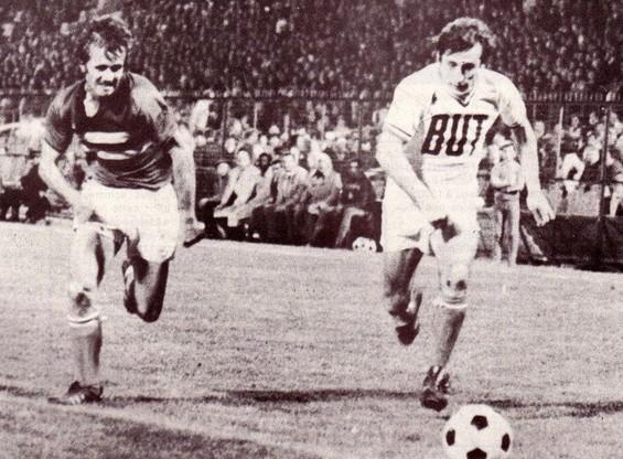 Jean Louis LUCCINI à la lutte avec Didier COUECOU (OM) au Stade vélodrome.