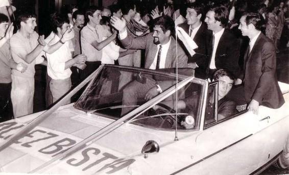 Les joueurs fêtés par les supporters . On reconnait dans la voiture, Freddy Gandolfi, Claude Papi ou encore Paul Orsatti.