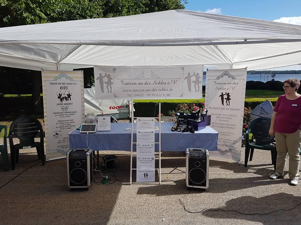 Der Infostand des Tanzvereins am Schleidörfertag in Louisenlund bei Schleswig