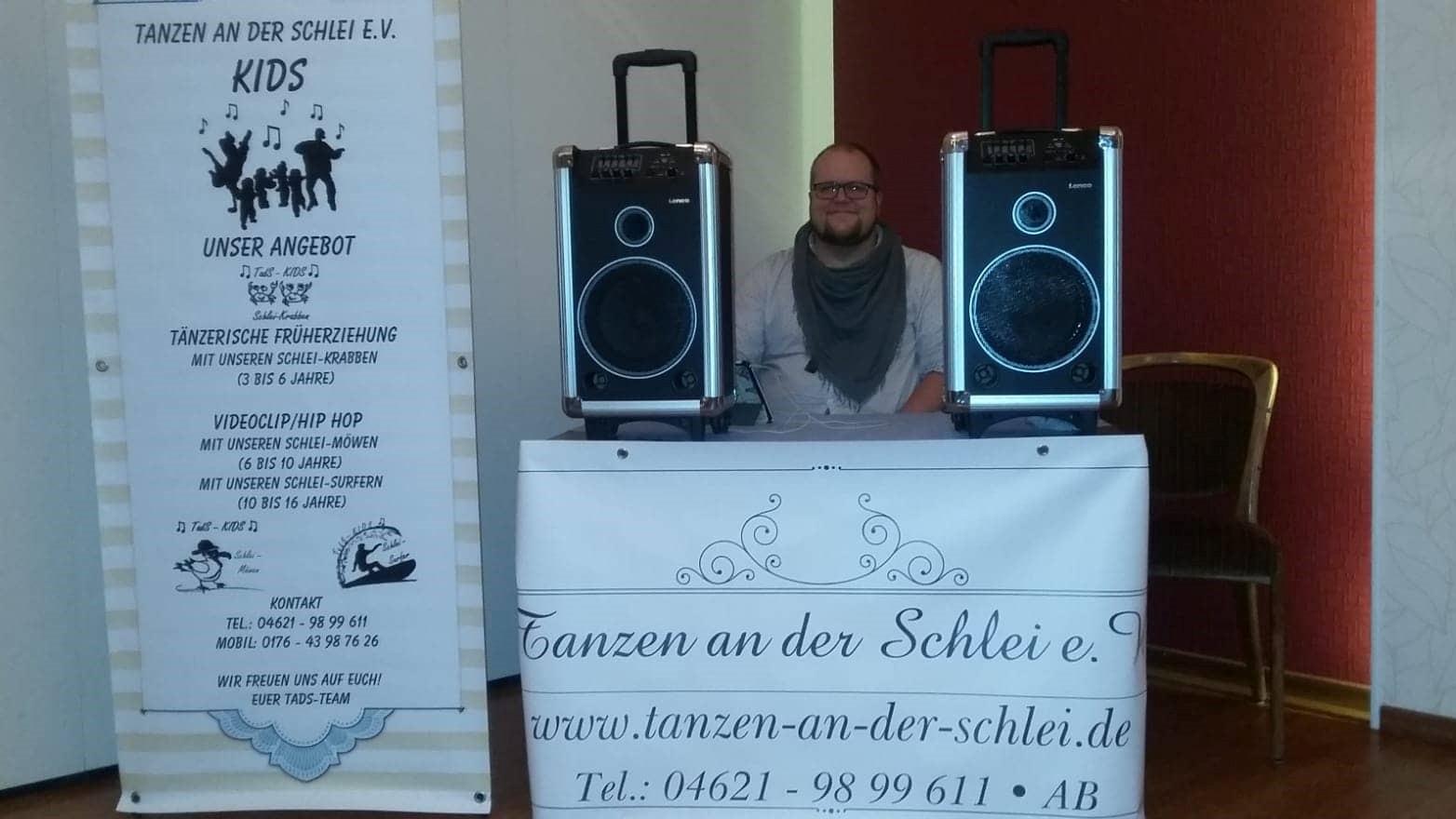 Ove, unser DJ, beim Tanzabend in Güby bei Schleswig