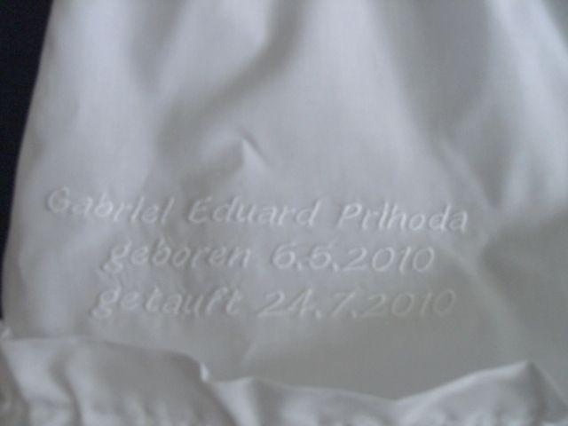 Bild: Schrift auf Taufkleid