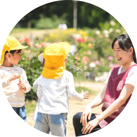 自分らしく働ける保育園を探すための転職プログラムです。プログラムでは、その保育園の保育内容や働き方を実感して欲しいため、保育体験・見学を必須としています。あなたがその園の保育に共感し、自分らしく働ける保育園を見つけられるようにサポート致します。このゆび保育の保育転職コンサルタントによる丁寧な面談を行い、「どんな保育士でありたいか?」という未来をイメージするところから始める点が特徴です。