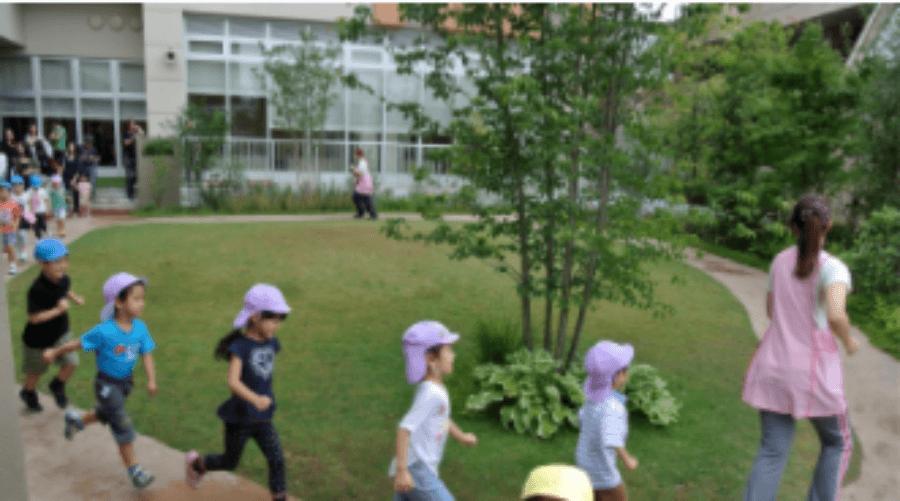 都内ではあまり多くない広い庭で子どもたちと元気に遊ぶことができます!
