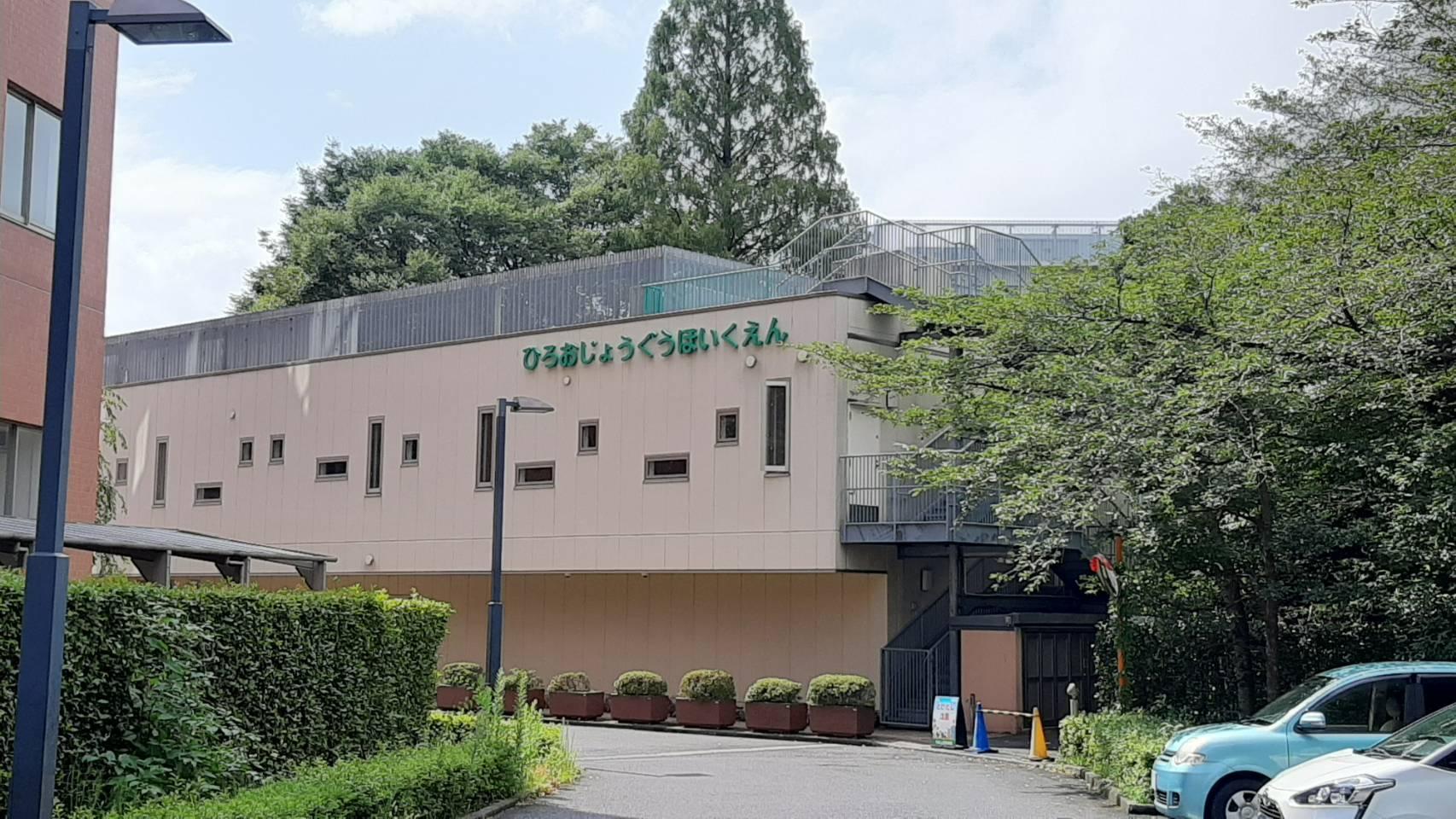 広尾駅から自然の中を10分ほど歩いて到着します。病院の敷地内にあるため、安全な環境でもあり、近隣への騒音なども気にせず保育ができます。