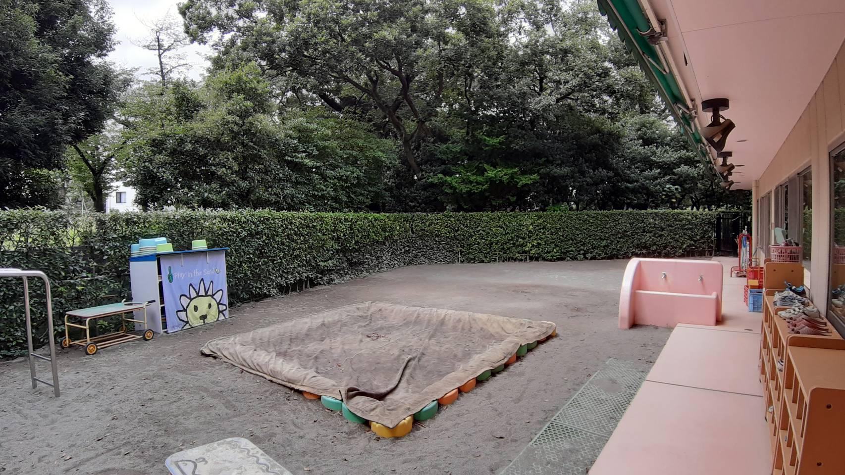 主に砂遊びなどをする園庭です。大きなたくさん木に囲まれており、セミの声が聞こえる素敵な環境でした^^