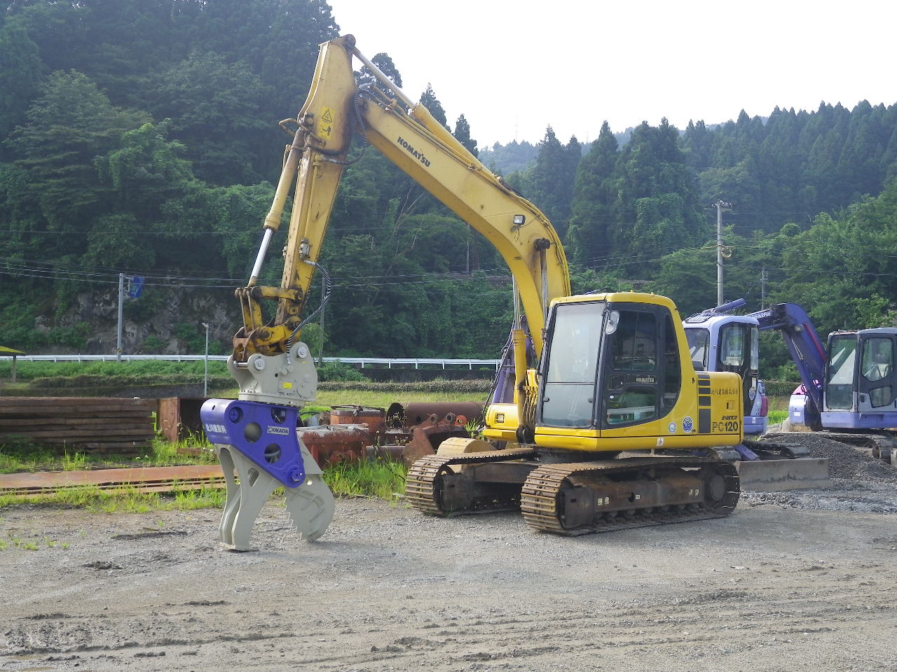 コマツバックホウ0.45m3級木材切断機装着仕様