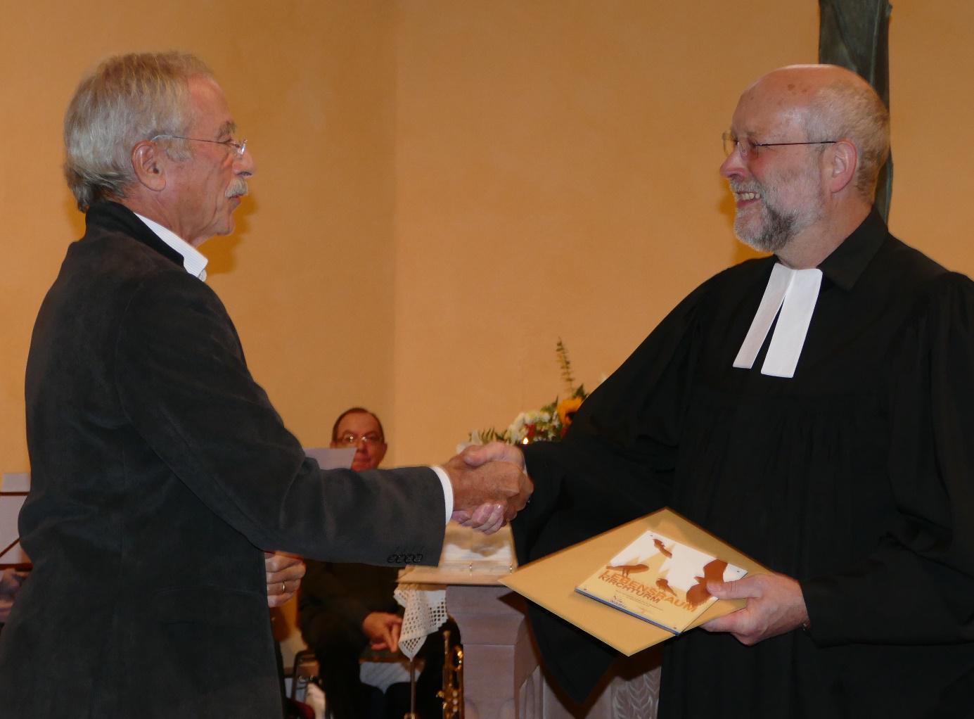 Gerd Schön überreicht die Urkunden an Pfarrer Müller Foto: Wilfried Süß