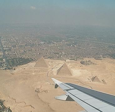 De vuelta a casa contemplamos las pirámides.
