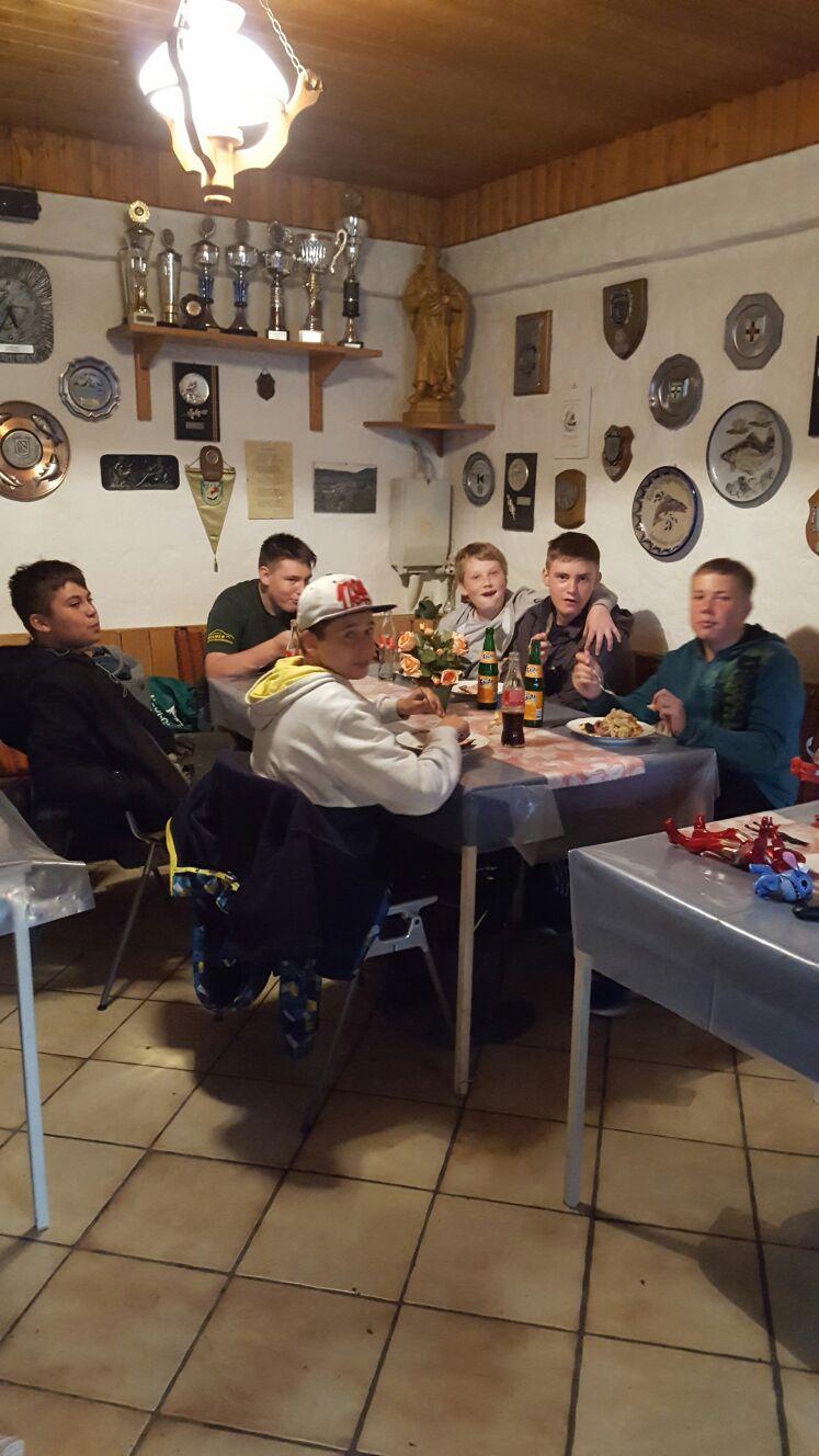 Unsere Jugend beim gemeinsamen Essen
