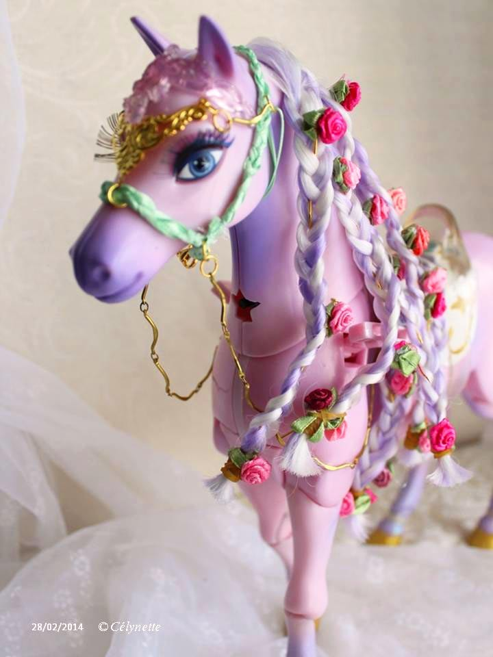 Cheval dentelle (collection 2014) pour cheval Barbie articulé 40 cm au garrot