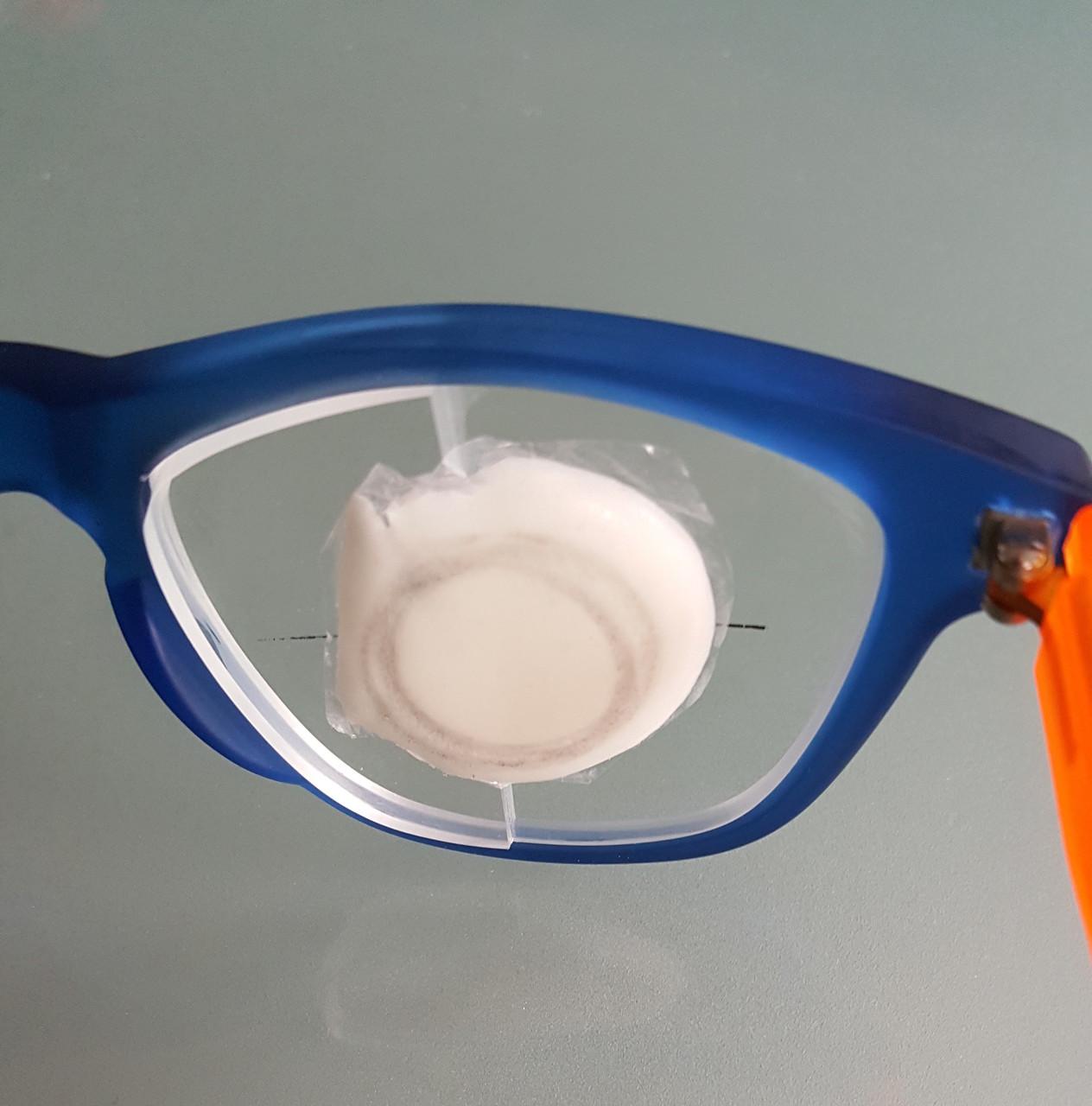 Auf das Glas angepasste Spannhilfe. Hässlich aber höchst wirkungsvoll!
