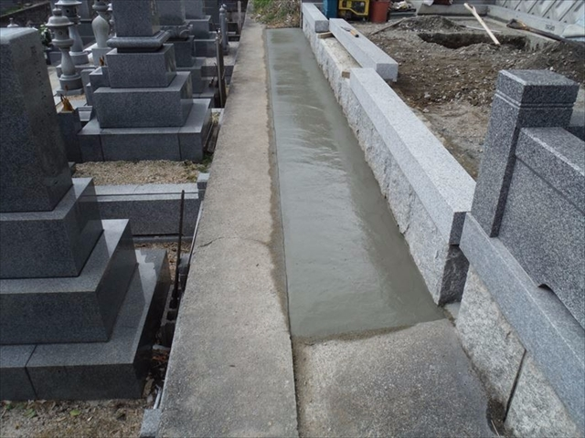 墓地前コンクリート仕上げ(土流れ防止と雑草防止)