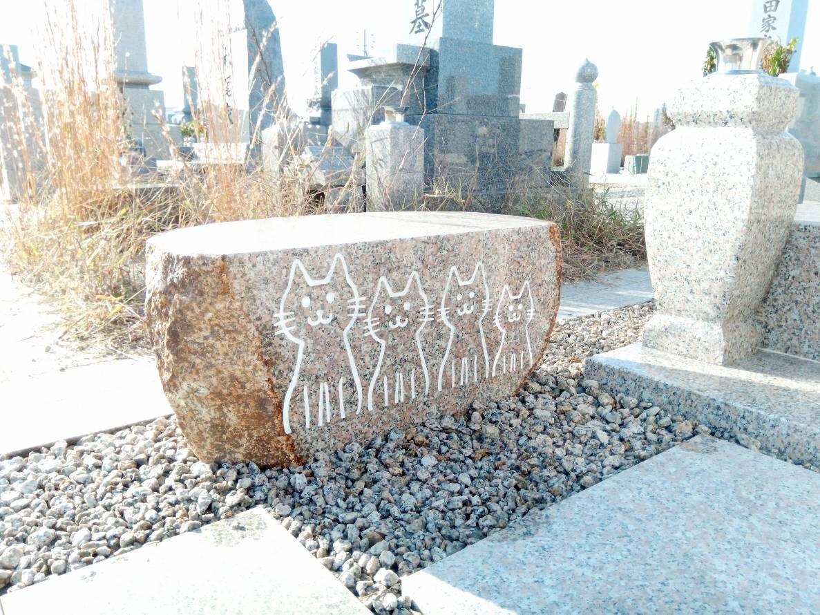 物置石:ご遺族の希望で猫を彫ってます