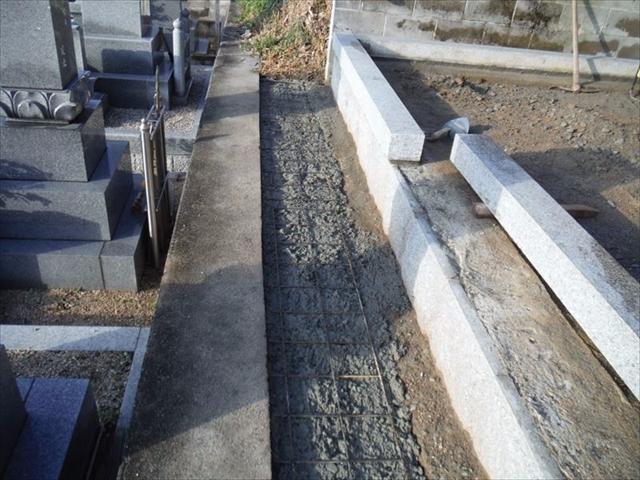 墓地前通路基礎(土だった場所をコンクリート仕上げにする為)