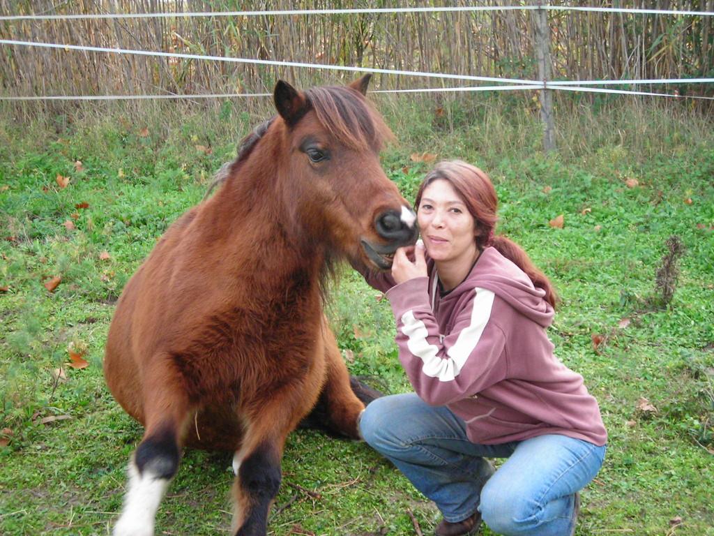 Roméo le poney qui murmure à l'oreille d'une femme