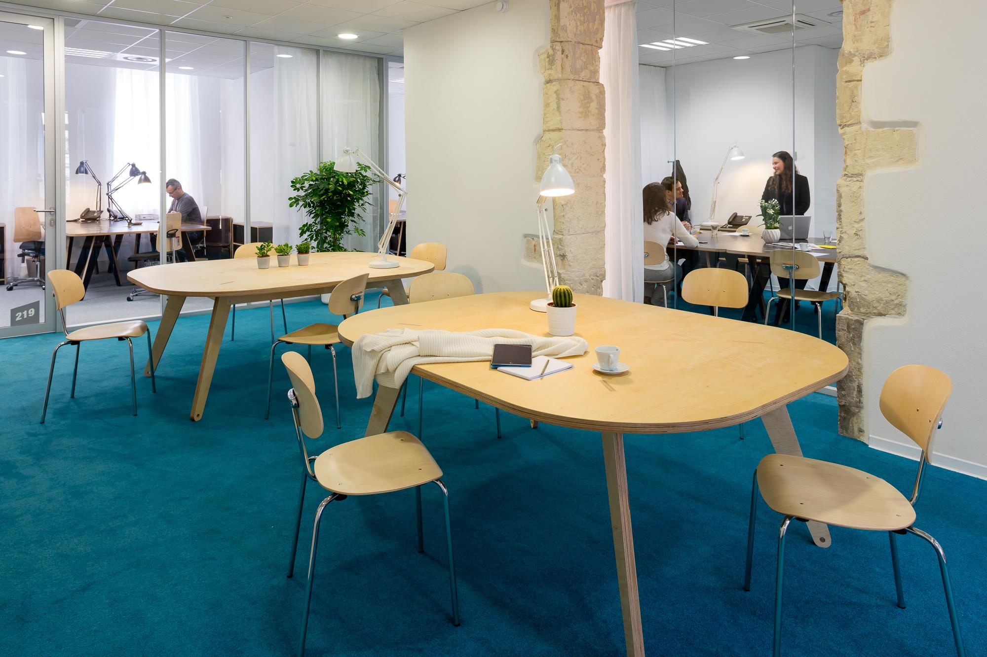 Espace de travail informel, en arrière plan une salle de réunion et un bureau - Informal coworking space with a meeting room and office in the background