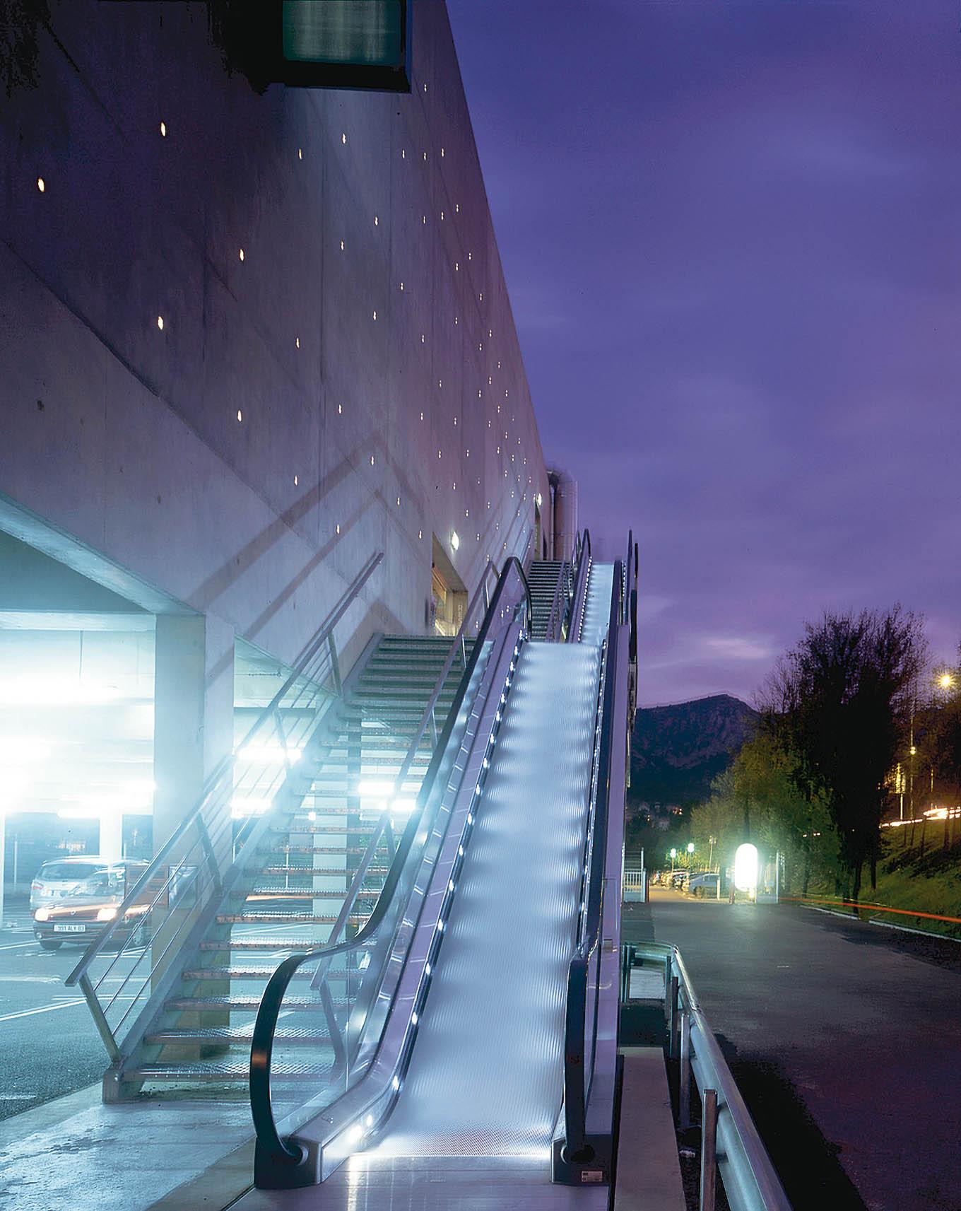 Le BLOK : Accès au bâtiment - Béton brut et LEDs