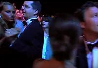 コンサート中ダンスする観客