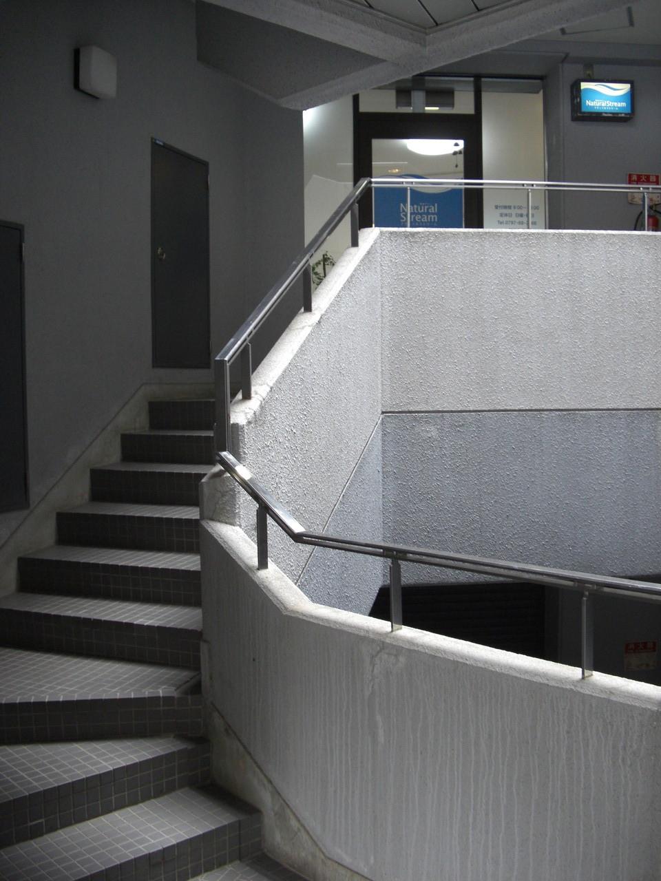 ビルの2階にお店があります