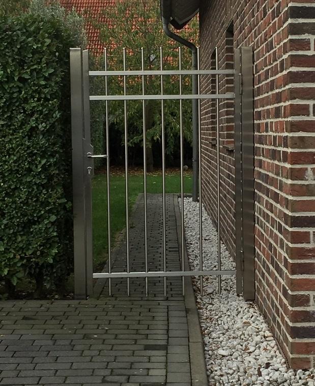 Gartentore aus Edelstahl verschöneren den Eingangsbereich.
