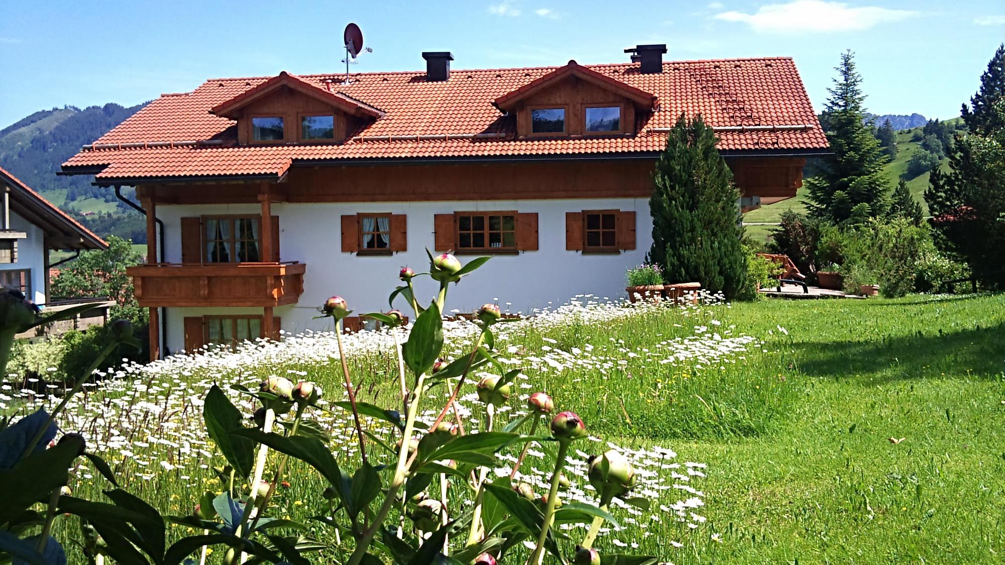 wertach-Ferienwohnungen.de 923 Meter hoch, da fällt schnell mal viel Schnee ein Blick vom Gartenhaus auf das Haupthaus