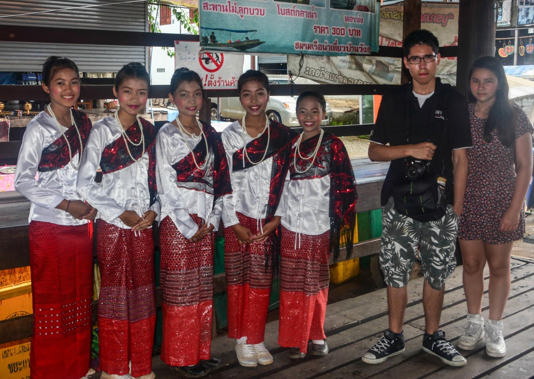 Schulkinder vor einer Tanzaufführung an der Grenze zu Myanmar
