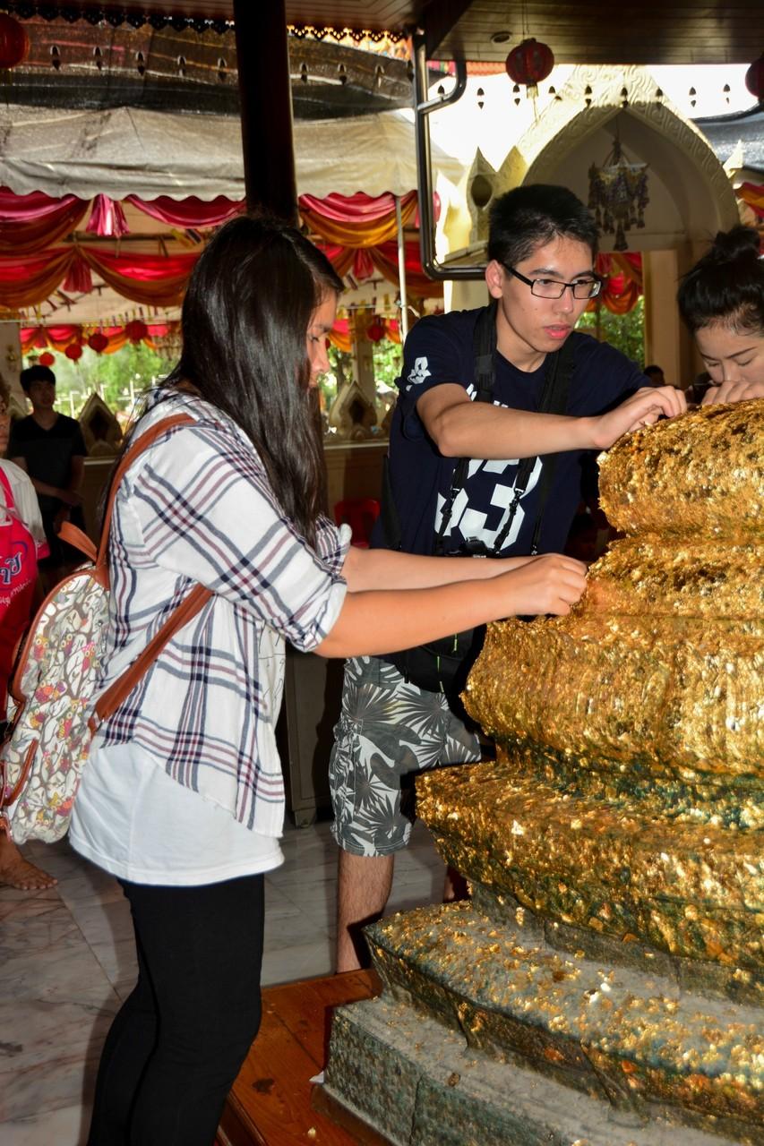 Vanessa und Daniel in einem Tempel Zentralthailands