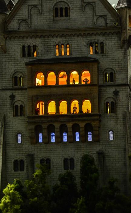 Steht da etwa König Ludwig am Fenster? Schloss Neuschwanstein im Miniatur-Wunderland Hamburg - Kinder- und Erwachsenenherzen schlagen höher
