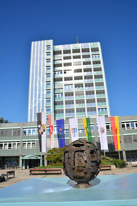 Das Rathaus - Geschmackssache - ist halt 70er Jahre Baustil. Wenn man sich allerdings Rathäuser in anderen Städten anschaut, dann ist unseres in der Schönheitsskala doch ziemlich weit unten, wie ich finde