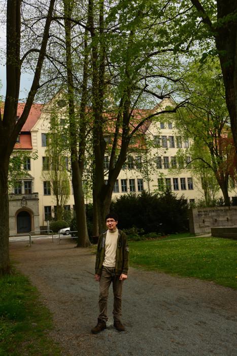 """Unser Sohn Daniel vor """"seiner"""" Schule, dem Graf-Münster-Gymnasium am Schützenplatz"""