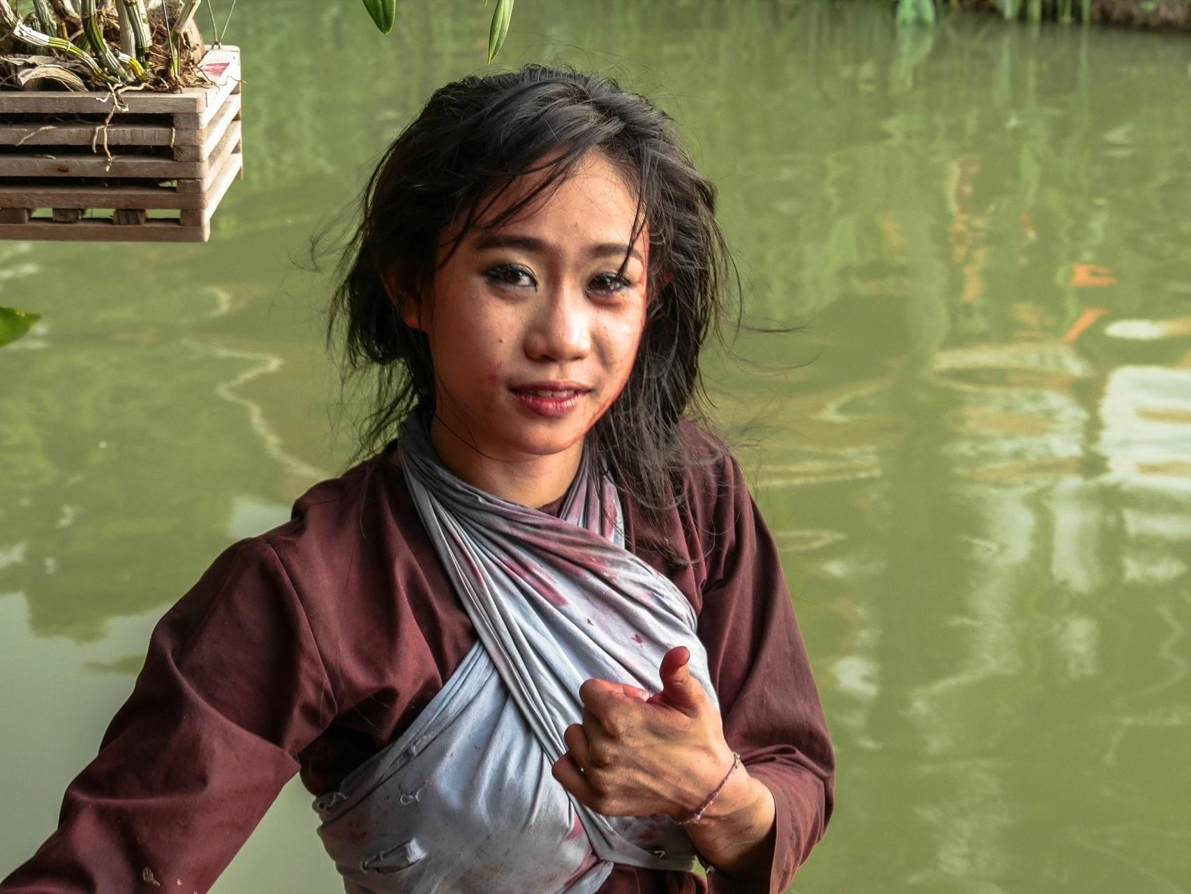 Mädchen bei einer öffentlichen Theateraufführung in Zentralthailand