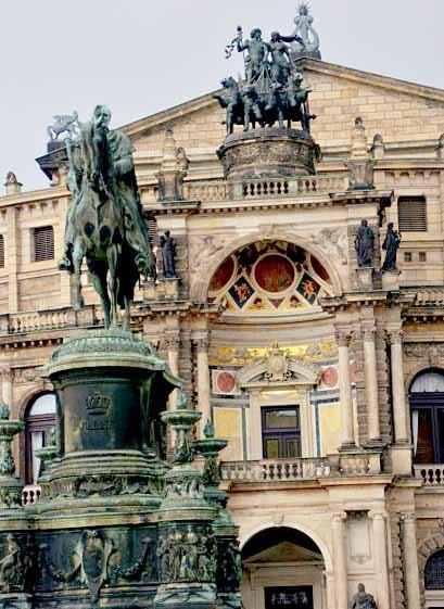 Vor der Semper Oper